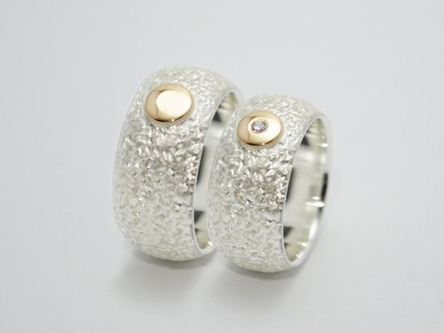 Wunderbarer Ehering/ Trauring/ Partnerring aus 925er Silber. Die breite nach außen bombierte Ringschiene wurde extravagant texturiert. Innen ist die Ringschiene poliert. Außen wurden die Ringe...