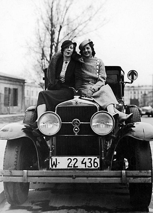 Aktorki Jadwiga Smosarska (z prawej) i Janina Romanówna siedzą na masce samochodu - 1933 rok