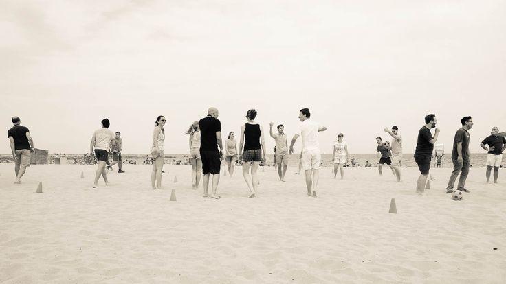 Balle aux prisonniers: serie   Divisi in gruppi a giocare a palla prigioniera sulla spiaggia di Barcellona. Che avere la spiaggia una spiaggia seria proprio di fronte alla città è impagabile.  C'è una piccola gradinata tra la zona di passaggio pedonale e la spiaggia vera e propria...