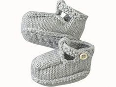 Petits chaussons qui feront leur plus bel effet au pied de bébé. Taille 3 et 6 mois, aiguilles N°3. Tailles : 3 (6) mois Fournitures : Fils à tricoter Phildar, qualité « Phil Bambou » (100% viscose) : 1 pel. col. Perle. Aig. n°3. 1 aig. à torsade. 2 pressions....