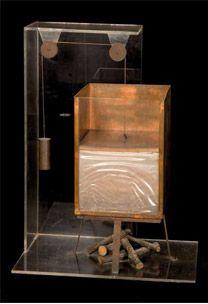 """""""Misura della Trasformazione di acqua in vapore """"Lo strumento disegnato da Leonardo serve a sperimentare e misurare la dilatazione e la forza del vapore. Il dispositivo è costituito da un recipiente pieno d'acqua fredda con un coperchio a cui è attaccato un contrappeso che lo tiene in equilibrio. Accendendo il fuoco, l'acqua evapora, si dilata e fa scendere il peso esterno, dando così prova della forza esercitata dal vapore sul coperchio. http://www.museoscienza.org/leonardo/modelli-esposti/"""