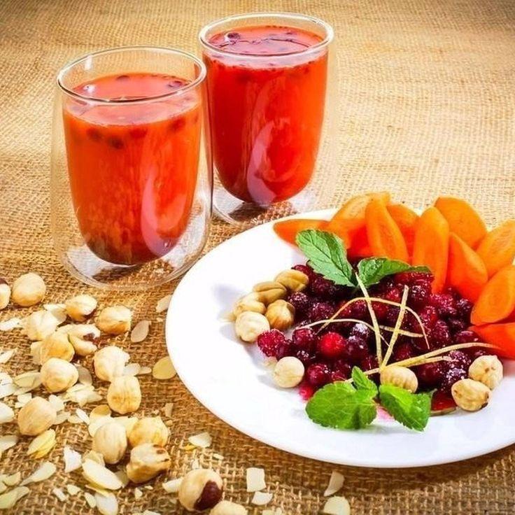 Морковно-клюквенный коктейль  Ингредиенты:  Морковный сок — 400 мл Клюквенный сок — 100 мл Лимонный сок — 50 мл Сахар — 2 ст. л. Вода — 200 мл Клюква — 50 г  Приготовление:  1. Смешайте все соки, выдавите сок из лимона и добавьте сахар.  2. Добавьте в готовый напиток клюкву. Коктейль с зарядом бодрости и витаминов готов!  Приятного аппетита!Присылайте свои рецепты  в предложенные новости. Самое интересное будет опубликовано у нас!