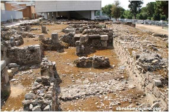 La Morerías es una clara visión de la evolución del urbanismo emeritense desde el siglo I hasta época visigoda. Vemos cómo se modifican poco a poco las calzadas porticadas, las viviendas y las manzanas en la que quedan englobadas. La excavación del Área...