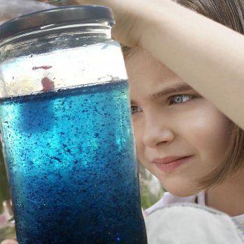 Botella mágica o bote de la calma. En Guiainfanitl.com te enseñamos a hacer una botella para niños con problemas emocionales o para concentrarse. Es una fantástica herramienta para enseñar a los niños a manejar sus emociones.