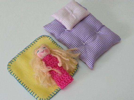 Een overzicht van de drie sets van vinger marionet-pop, bed, kussen & deken. Aangepaste volgorde Charmante kleine vinger marionet-pop met een compleet beddengoed instellen. Dit is een prachtig cadeau voor kleintjes. Ze kan spelen zich inbeelden > s haar vrienden slapen in een pop-huis. O de mogelijkheden. Als u de naam van je kleine meisje geborduurd op de deken gelieve laat me een boodschap en noteer de naam die u wenst, geborduurd. Dank u