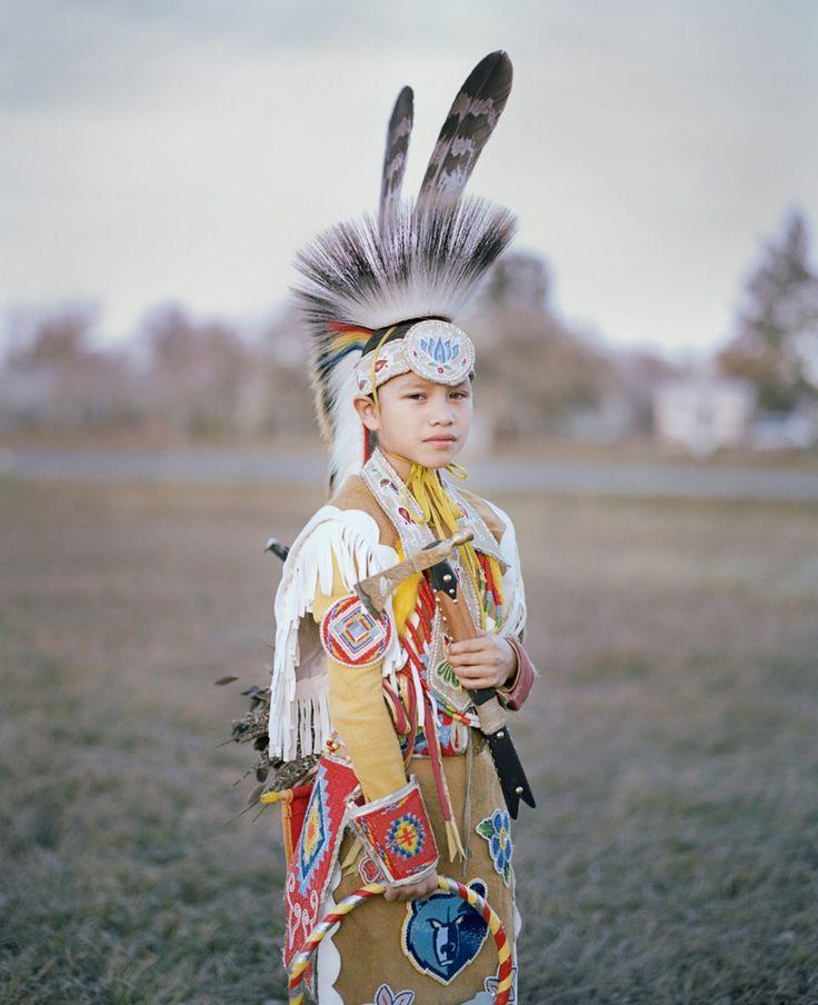 """""""The Buffalo that could not Dream"""" : une époustouflante série qui nous emmène au cœur de la réserve indienne de Fort Belknap, aux États-Unis. Découvrez l'intégralité du portfolio sur le site de #fisheyelemag ! [Photo: © Felix von der Osten / Extrait de """"The Buffalo that could not Dream""""] #photo #photographie #photography #portfolio #The BuffalothatcouldnotDream #FelixvonderOsten #Native #NativeAmerican #Traditional #outfit #FortBelknap #indianreservation #usa #us #america"""