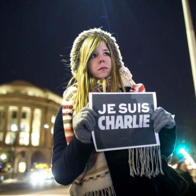 Una ragazza espone il cartello #JeSuisCharlie a  #Washington