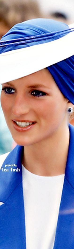 ❇Téa Tosh❇ The Princess Diana channeled Old Hollywood in her turban during a March 1989 tour of Dubai, United Arab Emirates.