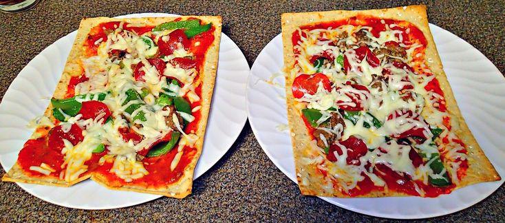Low Calorie Flatbread Pizzas! – Simply Taralynn pan multicereales, tomate. queso, pimiento salteado, pure de tomate