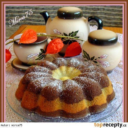 Podzimní bábovka s podmáslím a ovocem1,5 hrnku polohrubá mouka (230 g) 2 ks vejce 1/2 hrnku podmáslí 2/3 hrnku cukr krupice (170 g) 1 ks vanilkový cukr 1/4 hrnku olej 1 ks prášek do pečiva 1 lžička citronová kůra 2 cl rum 2 lžíce kakaa (nemusí být), 1 ks jablko 1 ks banán menší sůl špetka