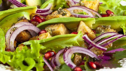 Świetna nie tylko na imprezę: sałatka z grillowanym kurczakiem, awokado i rodzynkami Grilled chicken, raisins & avocado salad. Perfect party dish!  #econdimenta #healthyfood #party