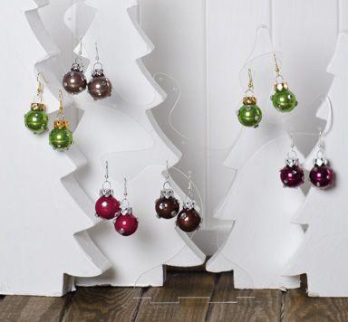 Christbaumkugel Ohrringe mit Flat Back Strasssteinen verziert aus den Glücksfieber Anleitungen für Weihnachten mit Perlen.