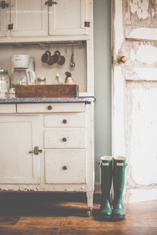 This rustic feel is what does it for me in every photo. It just looks like such a simple little life and I like furniture that isn't perfect