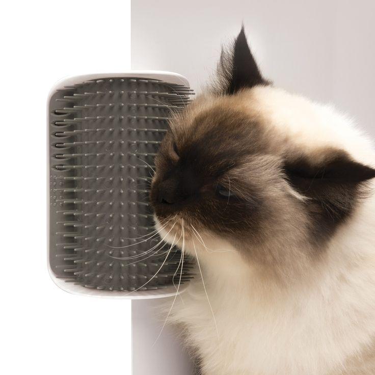 Self Groomer -harjan voi kiinnittää seinään tai kulmaan, jolloin kissasi pääsee itsenäisesti turkinhoitopuuhiin. / Attach Self Groomer brush to a wall so your cat can have a grooming session whenever it wants.
