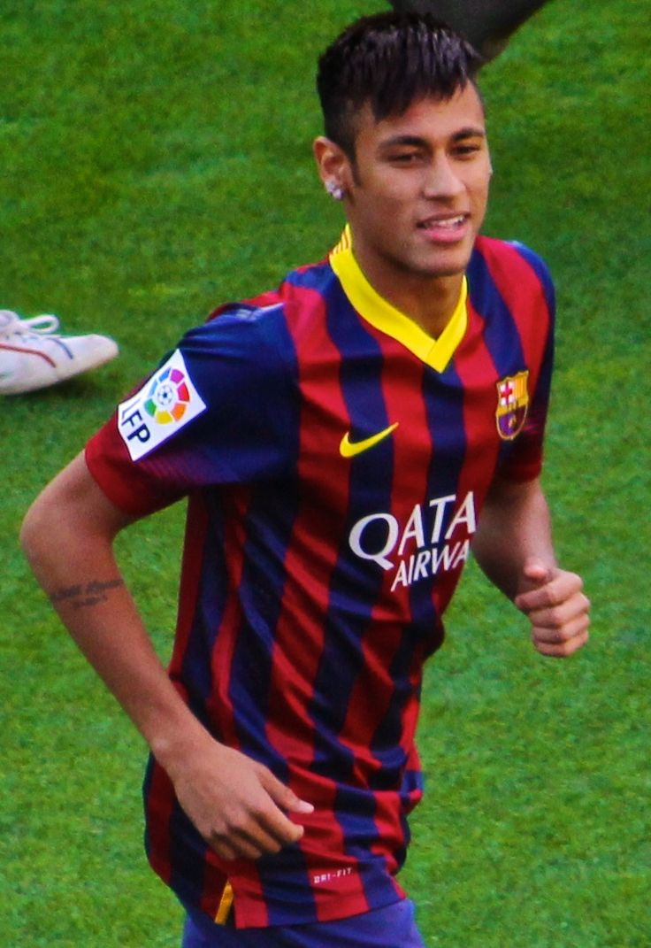 Neymar FCBarcelona    Basc catala [CC-BY-SA-3.0 (http://creativecommons.org/licenses/by-sa/3.0)], via Wikimedia Commons  neymar da silva santos junior, couramment appelé neymar (ou bien neymar jr sur les maillots de football) né le à mogi das cruzes au brésil, est un footballeur international brésilien évoluant au poste d'attaquant au fc barcelone, et pour l'équipe nationale du brésil.