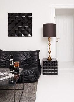 Harlekin table black and Stella Square black. Interior black!