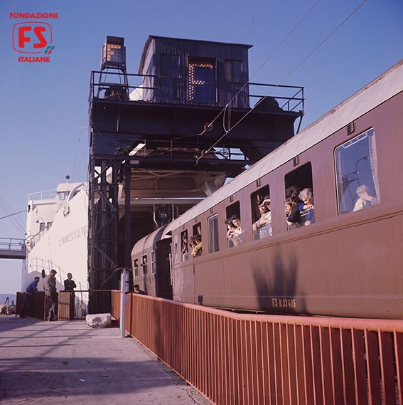 Il Direttissimo Treno del Sole Torino-Palermo-Siracusa durante le manovre di imbarco a Villa San Giovanni, Reggio Calabria (1964)
