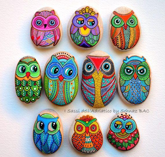 Hand Painted Stone Owl / Gufo Dipinto a von ISassiDellAdriatico