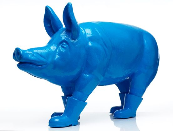 "William Sweetlove shapes his own world"". Johan Persson http://www.gkm.se/sweetlove/index.htm. Cloned blue father pig, 2007. object in resin 73×120x35cm"