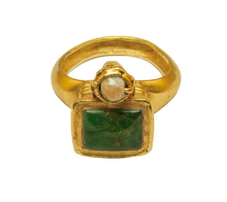 Anillo de oro con doble bisel, una esmeralda y una perla. Es de estilo Bizantino y está datado en el siglo VI.