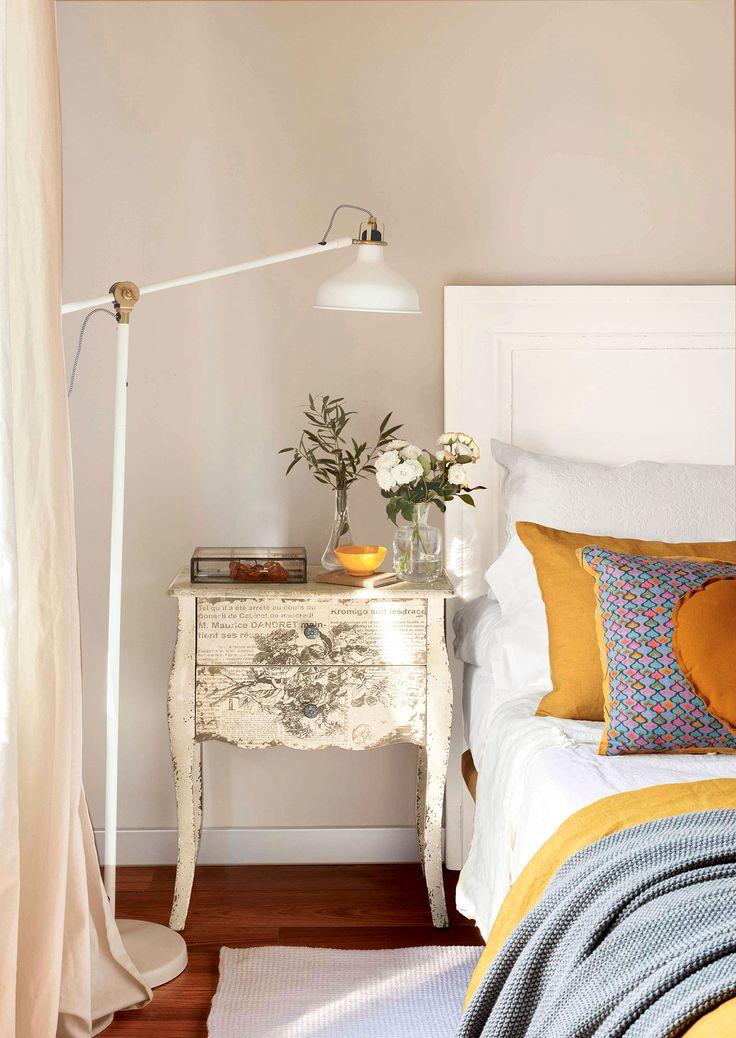 3 00394810b. Dormitorio de aire vintage con mesilla de noche afrancesada y grabada (00394810b - Mesillas de noche)