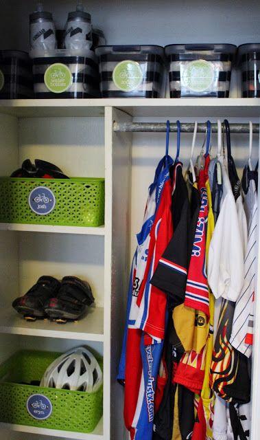 garderob för ytterkläder - lådor med namn för personliga saker, stora lådor för skor och täckbyxor etc - pinne och galjar som tar liten plats för jackor - kanske krokar för hasdukar