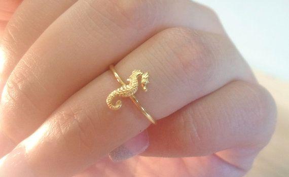 He encontrado este interesante anuncio de Etsy en https://www.etsy.com/es/listing/157751950/seahorse-ring-seahorse-knuckle-ring-gold