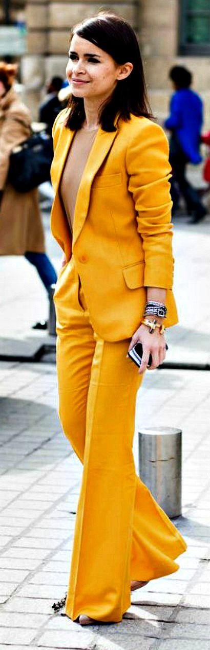 """Спорный вариант модного желтого и размер немного """"с маминого плеча"""" прекрасно выдерживает яркая it-girl, меня, на самом деле, завлек """"голый"""" топ под жакетом - чудесная находка сделать образ сексуальнее."""