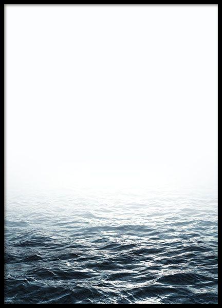 """Hübsches Poster mit Fotografie des offenen Meeres. Es lässt sich leicht mit unseren schwarz-weißen Typografie-Postern mit tollen Zitaten, zum Beispiel mit dem Typografie-Poster """"Explore Dream Discover"""", kombinieren. www.desenio.de"""