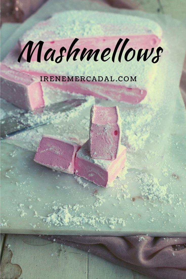 Hacer mashmellows caseros es mucho más simple de lo que parece, además podemos hacerlos con sabores o de los colores que queramos, o incluso cortarlos con moldes de formas, por lo que le encantarán a grandes y chicos. #mashmellowcaseros #sustanciascaseras #comohacermashmellows Desserts, Food, 4 H, Homemade Recipe, Sugar Flowers, Shapes, Tailgate Desserts, Deserts, Essen