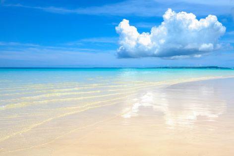 与那覇前浜ビーチ。7kmに渡って真っ白なパウダーサンドのビーチで、日本のベストビーチ第1位にも何度も選ばれたことのある美しさ♡