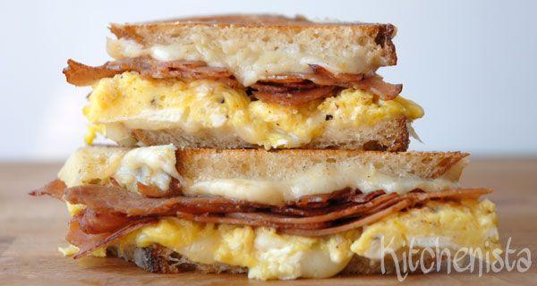 Boter, kaas en eieren, én bacon, én brood; een gouden combinatie! Lekker als lunch of bij een uitgebreide zondagsbrunch en uiteraard een ideaal antikaterbroodje na gezellige avond met een glaasje t…