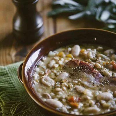 Ora che il freddo ci fa compagnia tutti i giorni non c'è nulla che possa battere un ricco piatto contadino! Che ne dici della mia zuppa di farro e fagioli?