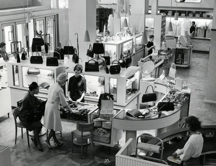 Interieur van de modezaak hirsch tassenafdeling for Interieur maison 1960