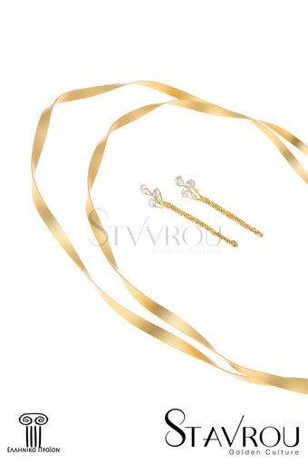 Στέφανα γάμου, χειροποίητης κατασκευής  επιχρυσωμένα με χρυσό 24 καρατίων και ειδικά επεξεργασμένα ώστε η λάμψη τους  να παραμένει αναλλοίωτη στο χρόνο.  Αποτελούνται από μια ματ επίπεδη  επιχρυσωμένη βέργα στα 4,30 mm σε σχήμα κορδέλας. Ανήκουν στη minimal σειρά. Δυνατότητα επιλογής σε ασημένια #στέφανα_γάμου @γαμήλιες_τελετές