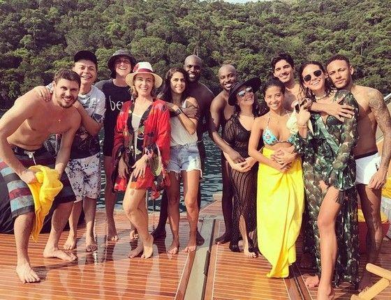 O dream team de famosos que fez Angra tremer neste Réveillon, incluindo Neymar e Bruna Marquezine abraçadinhos no canto direito da imagem (Foto: Reprodução Instagram)