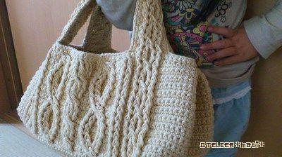 お待たせしました!かぎ針のアラン模様風バッグの編み図、完成です^^ベースは細編み、しかも2本取りで編んでいるので、けっこうしっかりしています。使用糸がコットンウールなので自立はしませんが、麻糸などで編んだら、かなりカッチリしそう^^底は平編