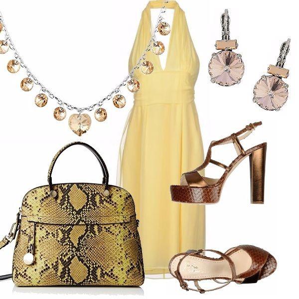 Protagonista dell'outfit l'abito giallo, longuette, scollo profondo schiena scoperta. Abbinata borsa stile animalier, sandalo alto con tacco largo, deliziosa collana, ed orecchini completano il look.