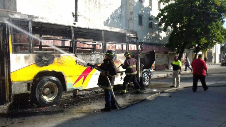 SE INCENDIA AUTOBÚS URBANO EN ACAPULCO DE LA RUTA HOSPITAL-VACACIONAL!!!  Acapulco de Juárez Guerrero, a 18 de agosto de 2016.- A las 18:08 hrs. del día de hoy, mediante una llamada al teléfono de emergencia 066 personal de la Coordinación General de Protección Civil y la Unidad 51 del H. Cuerpo de Bomberos se trasladaron a la calle de... http://www.noticiasdeacapulco.com/se-incendia-autobus-urbano-en-acapulco-de-la-ruta-hospital-vacacional/