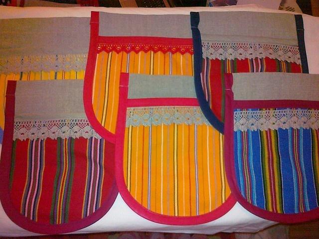 Folklore style pockets with linnen.  @http://www.facebook.com/Kansanomaisetkankaat