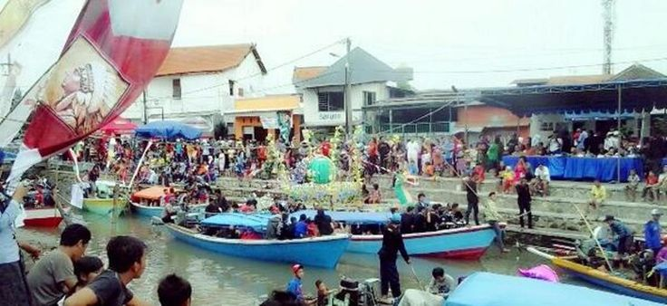 Tasyakuran laut atau nyadran kemarin (19/1) kembali diadakan masyarakat nelayan Desa Bluru Kidul. Iring-iringan sekitar 60 perahu dilepas..