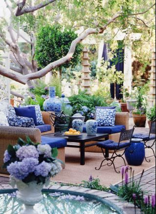 TG interiors: Blue and white outdoor living space.