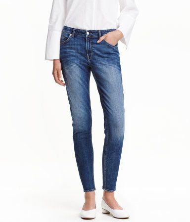 CONSCIOUS. Knöchellange 5-Pocket-Jeans aus stretchigem, gewaschenem Denim mit Used-Details. Die Jeans hat eine etwas lockerere Passform mit schmaler zulaufendem Bein und normaler Bundhöhe. Teilweise aus Bio-Baumwolle hergestellt.