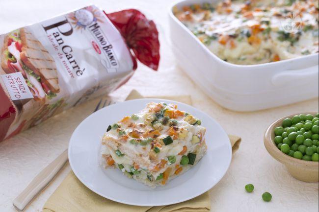 Le lasagne di pancarrè con formaggio e ragù di verdure sono un piatto ricco realizzato alternando strati di pancarrè, verdure, formaggi e besciamella.
