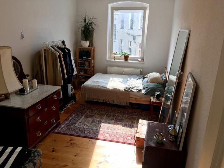 Sonniges WG-Zimmer mit einem wunderschönen Orientteppich und Holzkommoden in demselben Farbton. #WG #Zimmer #Teppich #Kommode