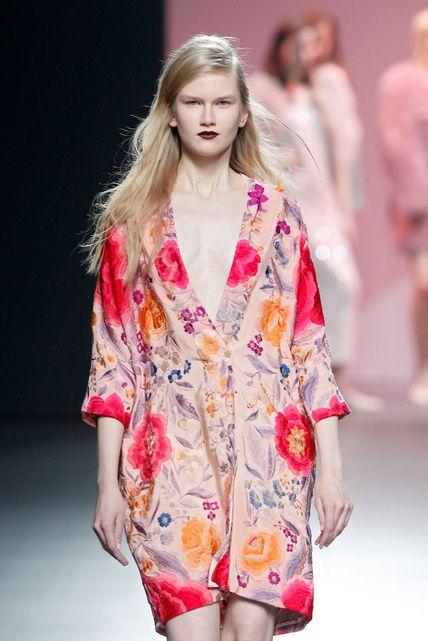 Duyos recupera el romanticismo del mantón de Manila #moda
