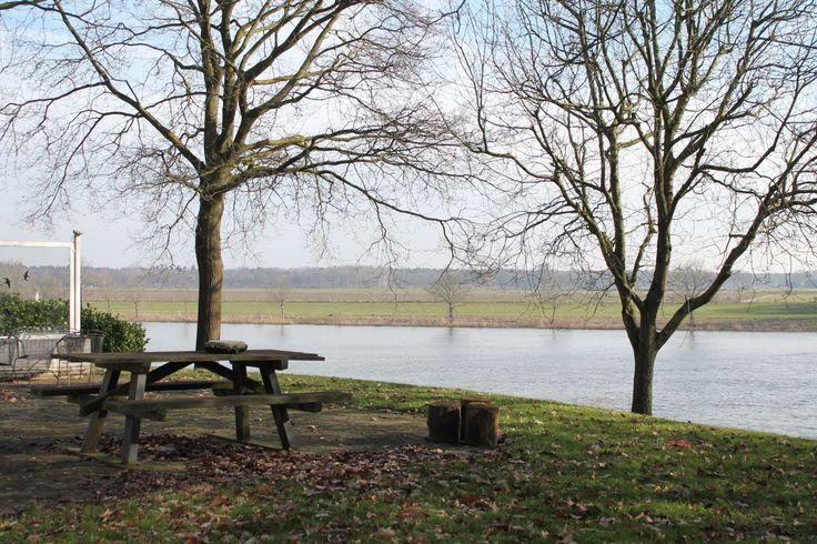 BROEKHUIZEN. Prijsindicatie € 495.000 k.k.  Fraaie villa met schitterend uitzicht op de Maas gesitueerd op een perceel van 3865 m2. Meer info www.stilleverkoop.nl