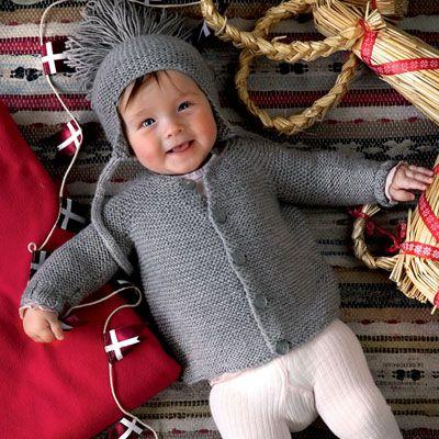 Forkæl den yngste i familien med en hjemmestrikket babyjakke og en varm hue med øreklapper.