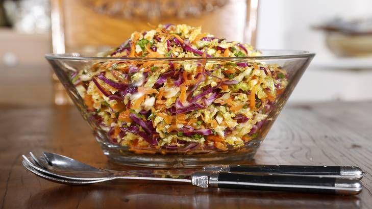 Διαβάστε την συνταγή για μία γρήγορη και εύκολη σαλάτα με λάχανο και καρότο.