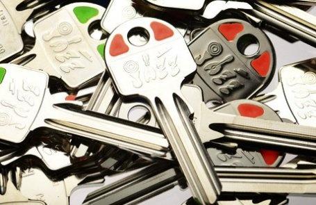 JAZZ  Le chiavi Jazz danno un tocco di colore al mazzo di chiavi grazie alle decorazioni sulla testa: rosso, arancione, giallo, verde e azzurro. Il loro collo più lungo garantisce la perfetta funzionalità nei cilindri installati con sistemi anti-effrazione. La testa si adatta ad una perfetta personalizzazione.